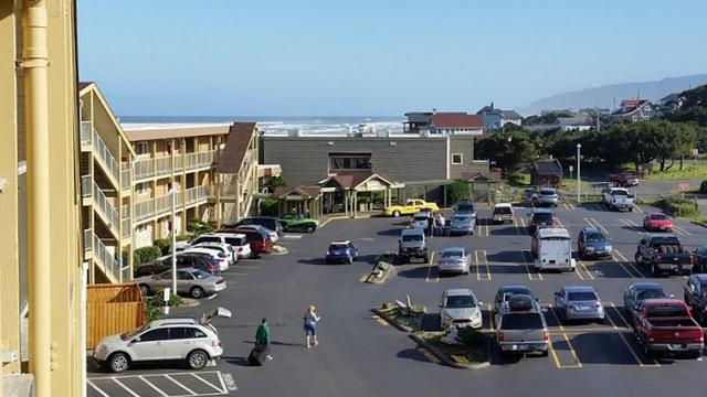 01-hotel parking lot